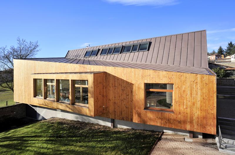 façade bois, toiture zinc, de la bilbiothèque